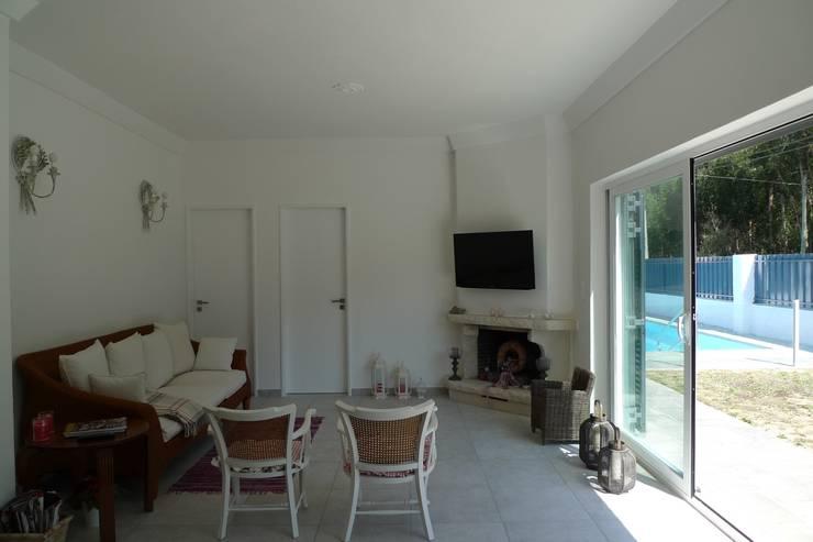 House – Carrasqueira, Sesimbra: Salas de estar  por QFProjectbuilding, Unipessoal Lda