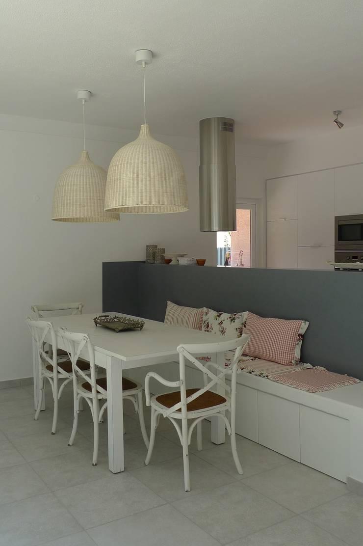 House – Carrasqueira, Sesimbra: Salas de jantar  por QFProjectbuilding, Unipessoal Lda