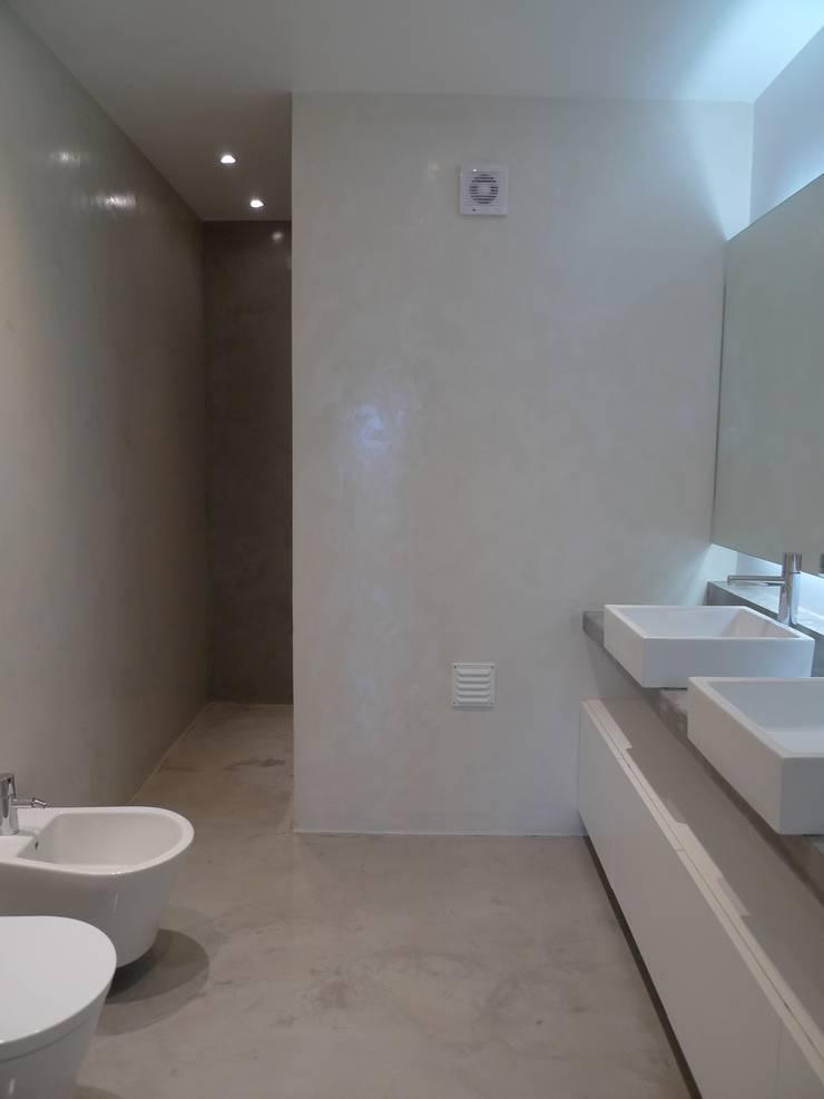 Apartment refurbishment – Avenidas Novas, Lisbon 2013: Casas de banho  por QFProjectbuilding, Unipessoal Lda