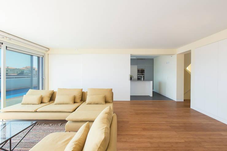 House in Ajuda: Salas de estar  por Studio Dois