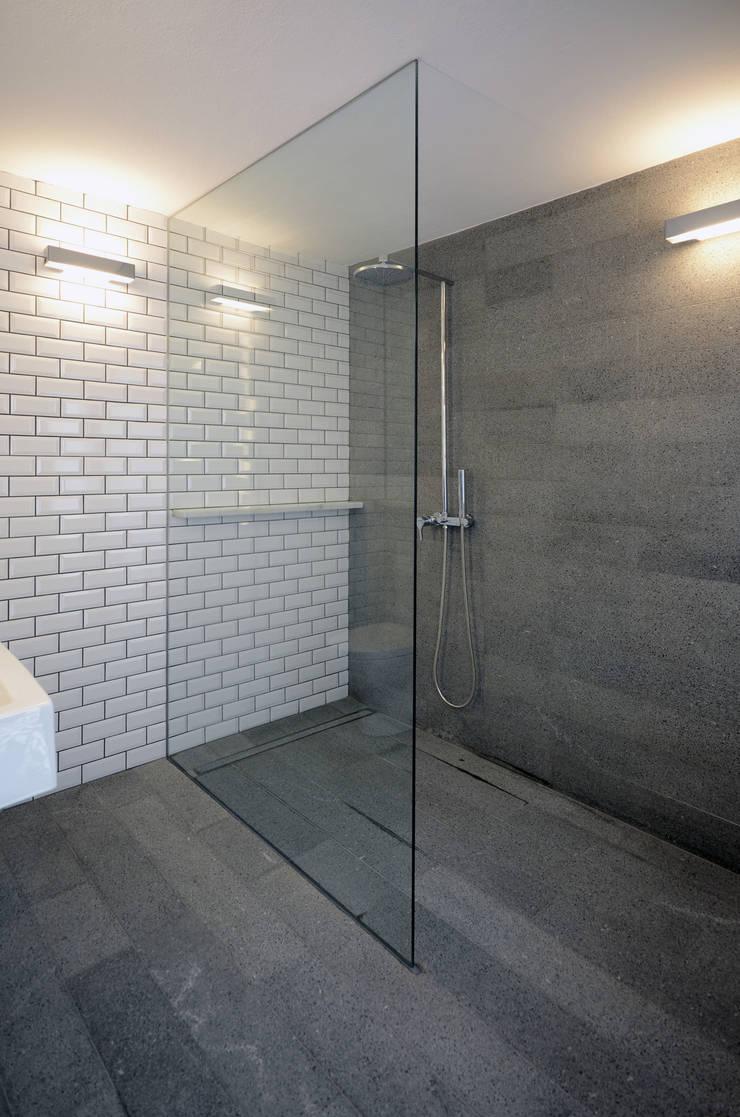House with Patio: Casas de banho  por Studio Dois