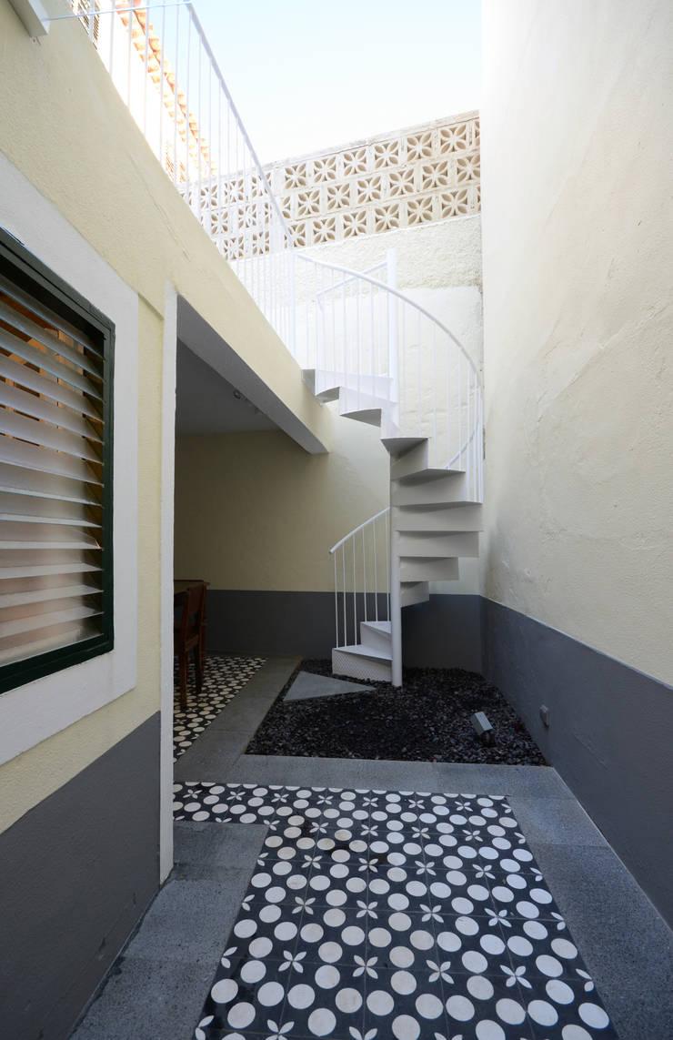 House with Patio: Casas  por Studio Dois