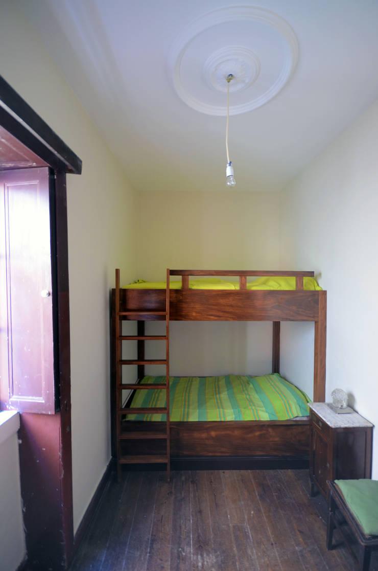 House with Patio: Quartos  por Studio Dois