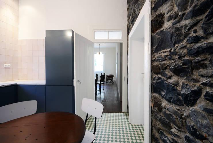 House with Patio: Cozinhas modernas por Studio Dois