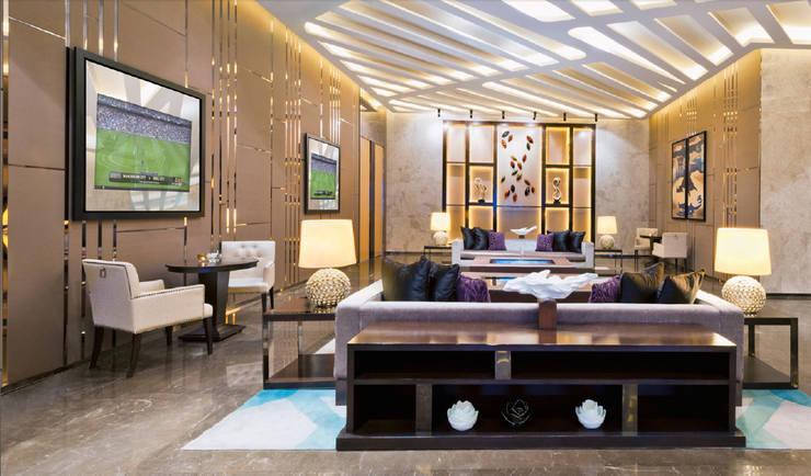 IllusionTV Hospitality: Corredores e halls de entrada  por Glassinnovation - Glass'IN