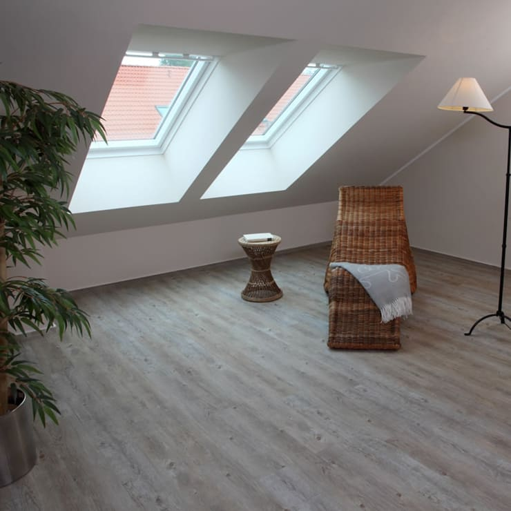 Dormitorios de estilo  por Euro-Parkett OHG