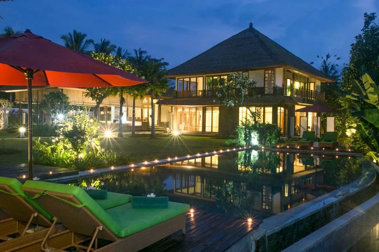 Pool bei Nacht : asiatische Häuser von Buseck Architekten