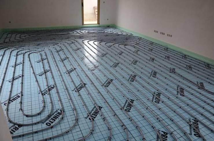 Underfloor heating/ piso radiante: Paredes  por Dynamic444 (departamento de climatização)
