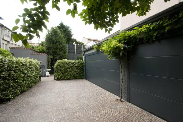 Giardini Segreti a Mantova: Garage/Rimessa in stile in stile Moderno di SDC-Milano