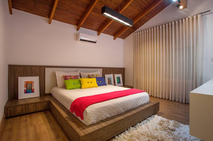 tropical Bedroom by Cabral Arquitetura Ltda.