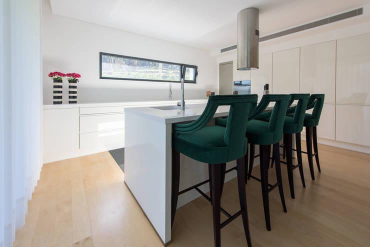 Moradia em Braga: Cozinhas modernas por NOZ-MOSCADA INTERIORES