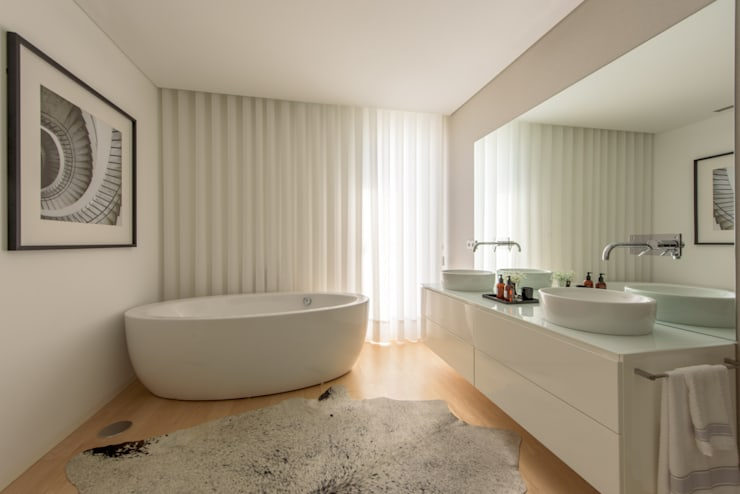 Moradia em Braga: Casas de banho  por NOZ-MOSCADA INTERIORES