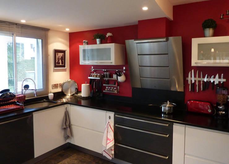 Maison contemporaine: Cuisine de style  par Atelier JP Bouvee