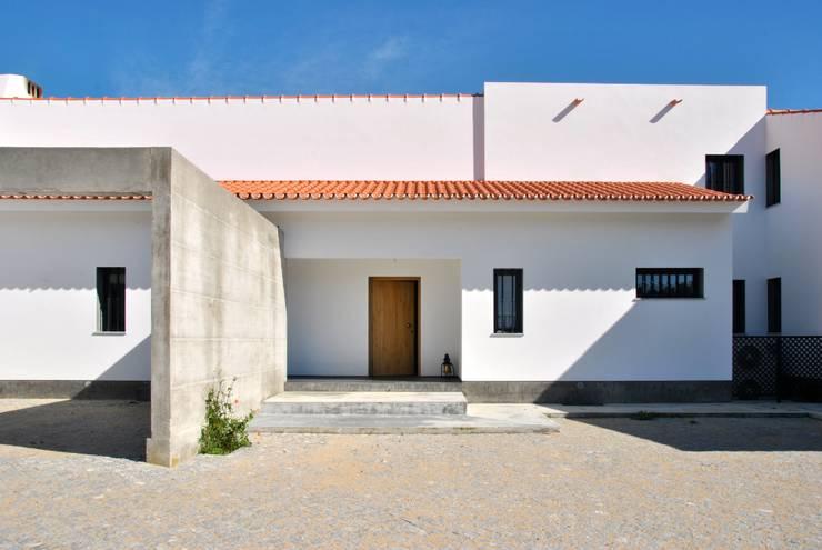 House in Coruche, Santarém: Casas  por é ar quitectura