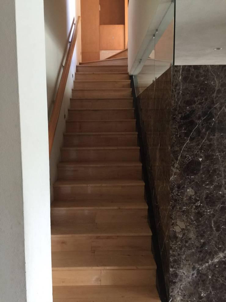 Escaleras:  de estilo  por Pereg&Teran Arquitectos