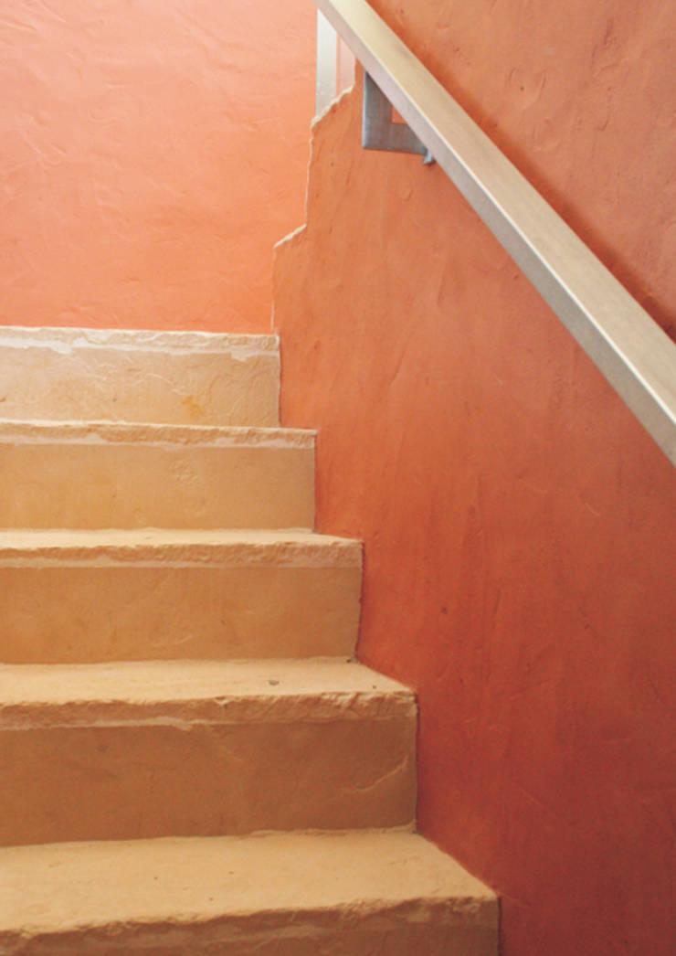 Villa at Sesimbra: Corredores e halls de entrada  por é ar quitectura