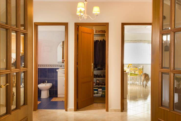 Hall: Corredores e halls de entrada  por Pedro Brás - Fotógrafo de Interiores e Arquitectura | Hotelaria | Alojamento Local | Imobiliárias