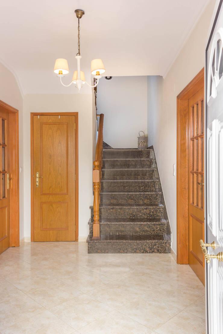 Entrada: Corredores e halls de entrada  por Pedro Brás - Fotografia de Interiores e Arquitectura | Hotelaria | Imobiliárias | Comercial