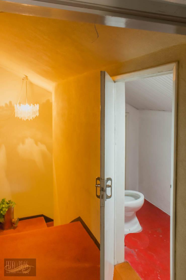 Casa de banho Sotão : Casas de banho  por Pedro Brás - Fotografia de Interiores e Arquitectura | Hotelaria | Imobiliárias | Comercial