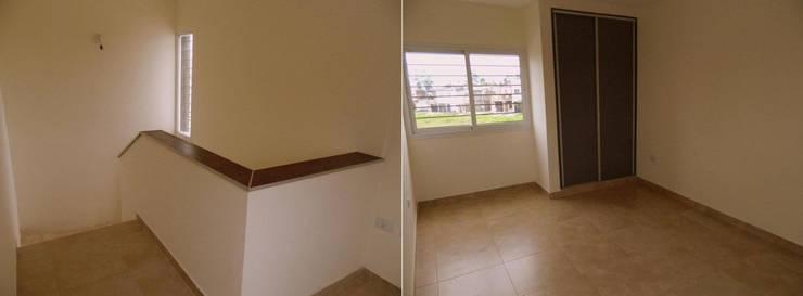 Viviendas  – Duplex: Pasillos y recibidores de estilo  por Alejandro Acevedo - Arquitectura,Moderno Contrachapado