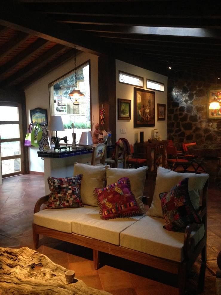 Cabaña Rustica: Salas de estilo  por MVarquitectos