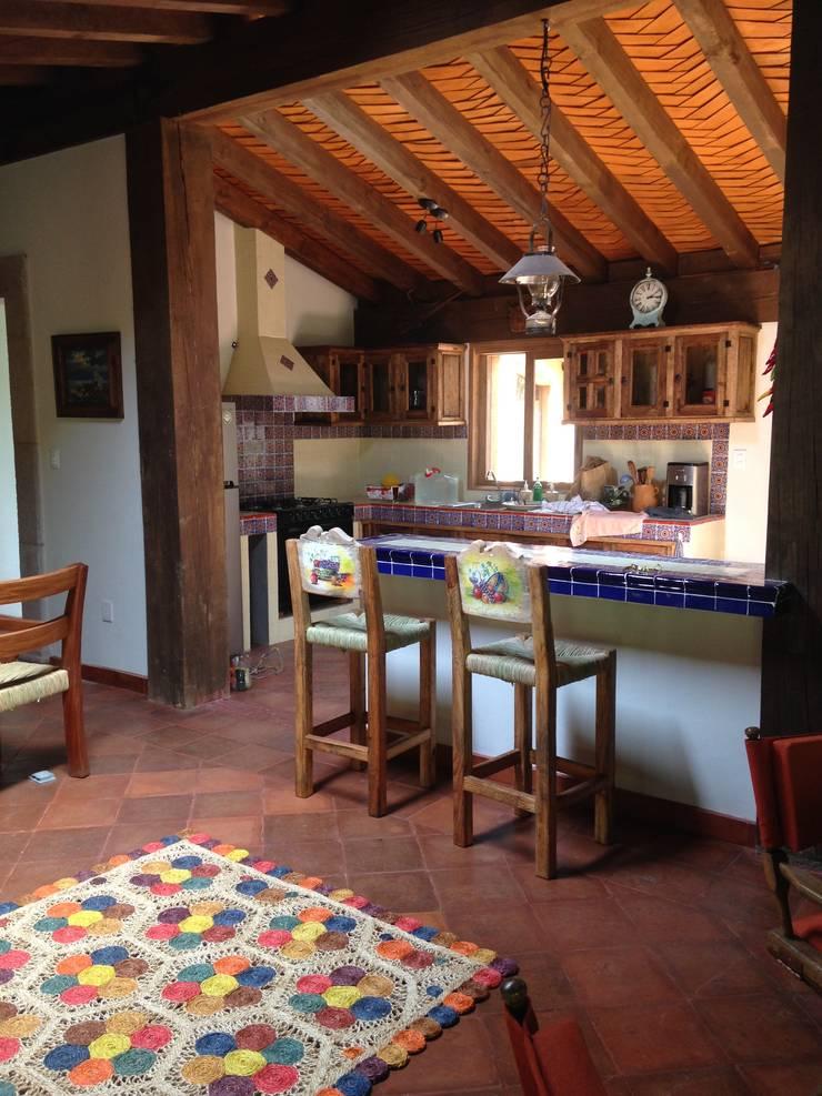 Cabaña Rustica: Cocinas de estilo  por MVarquitectos