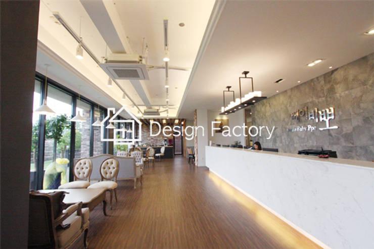 BABYPPO STUDIO: 디자인팩토리의  복도 & 현관