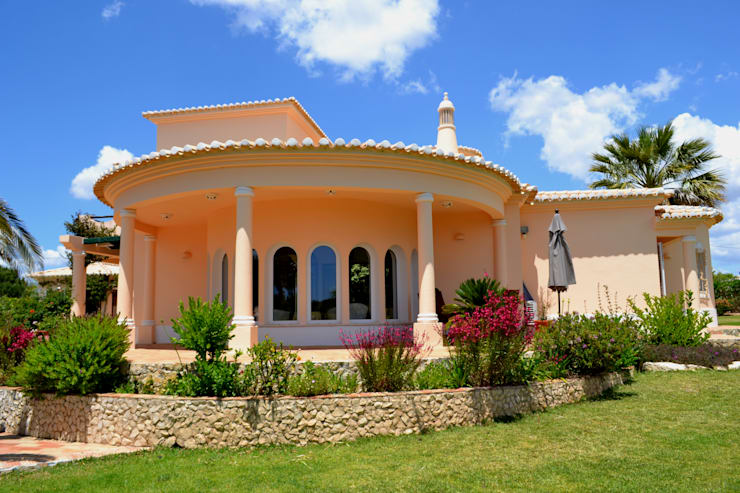 Pintura: Fachadas e exteriores: Casas  por RenoBuild Algarve