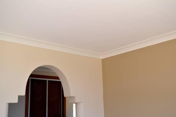 Pintura de interiores: Quartos  por RenoBuild Algarve