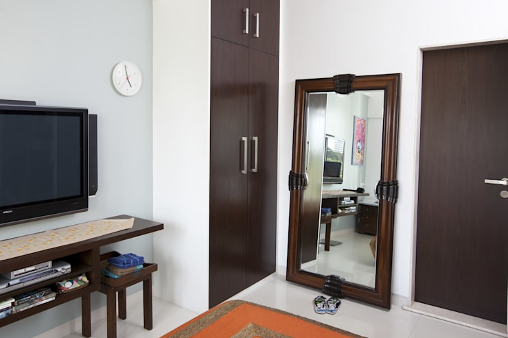 Residential—Gamadia Road:  Dressing room by Nitido Interior design,Tropical Solid Wood Multicolored