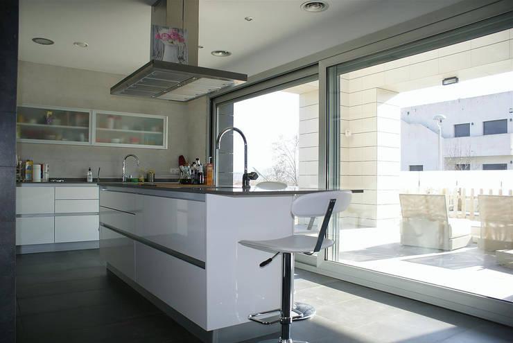 Casa R: Cocinas de estilo  de DDV Arquitectura