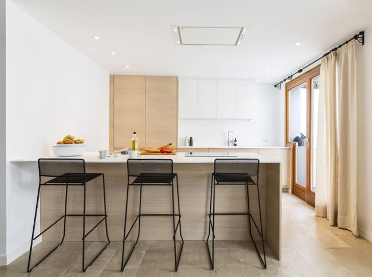 Diseño vintage para una casa de pueblo en Mallorca: Cocinas de estilo moderno de Bornelo Interior Design
