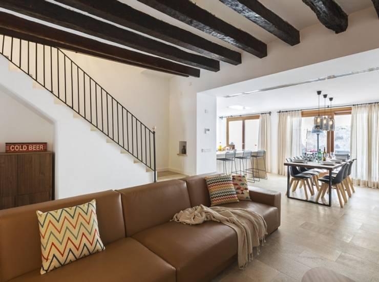 Diseño vintage para una casa de pueblo en Mallorca: Salones de estilo moderno de Bornelo Interior Design