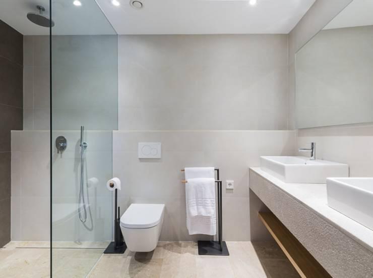 Diseño vintage para una casa de pueblo en Mallorca: Baños de estilo moderno de Bornelo Interior Design