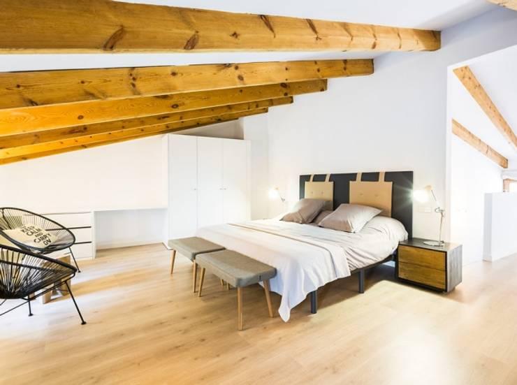 Diseño vintage para una casa de pueblo en Mallorca: Dormitorios de estilo moderno de Bornelo Interior Design