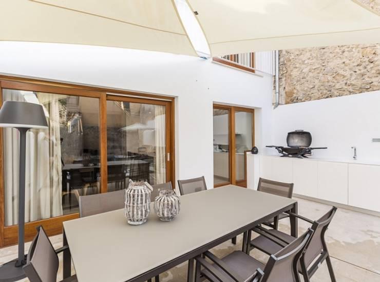 Diseño vintage para una casa de pueblo en Mallorca: Casas de estilo moderno de Bornelo Interior Design