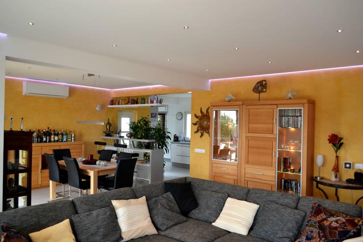 Remodelação / Renovação de Interiores: Salas de estar  por RenoBuild Algarve