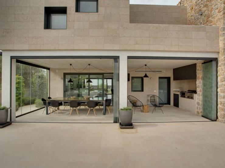 Villa en Sa Cabaneta: Casas de estilo moderno de Bornelo Interior Design