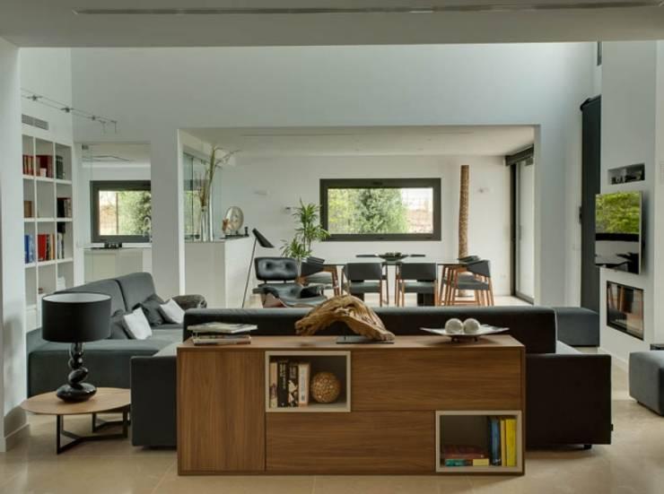 Villa en Sa Cabaneta: Salones de estilo moderno de Bornelo Interior Design