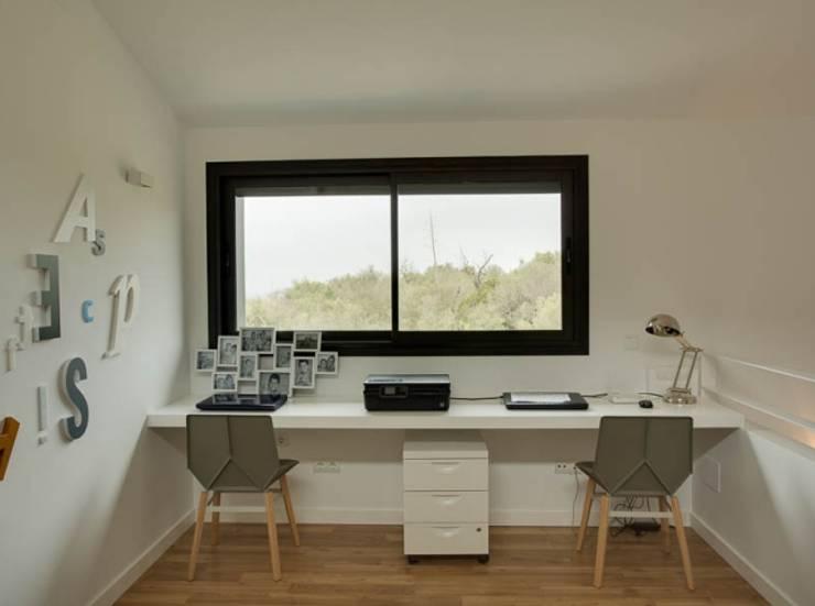 Villa en Sa Cabaneta: Estudios y despachos de estilo moderno de Bornelo Interior Design