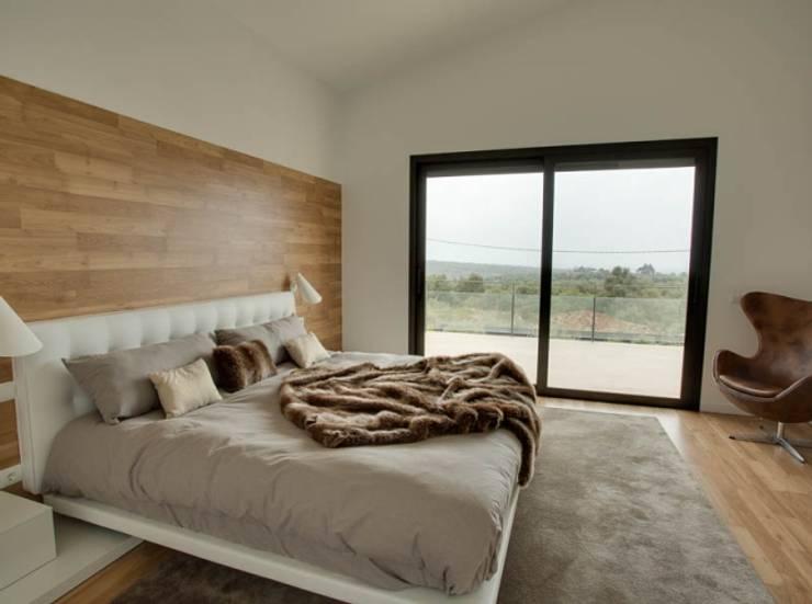 Villa en Sa Cabaneta: Dormitorios de estilo moderno de Bornelo Interior Design