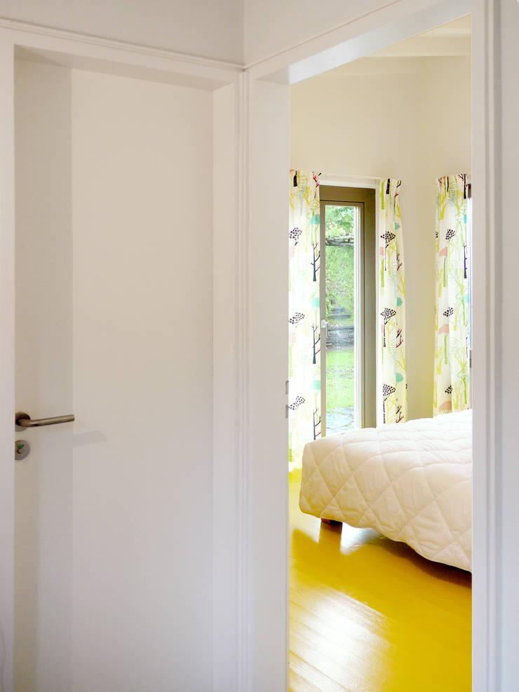 slaapkamer vakantiewoning:  Slaapkamer door Studio Groen+Schild