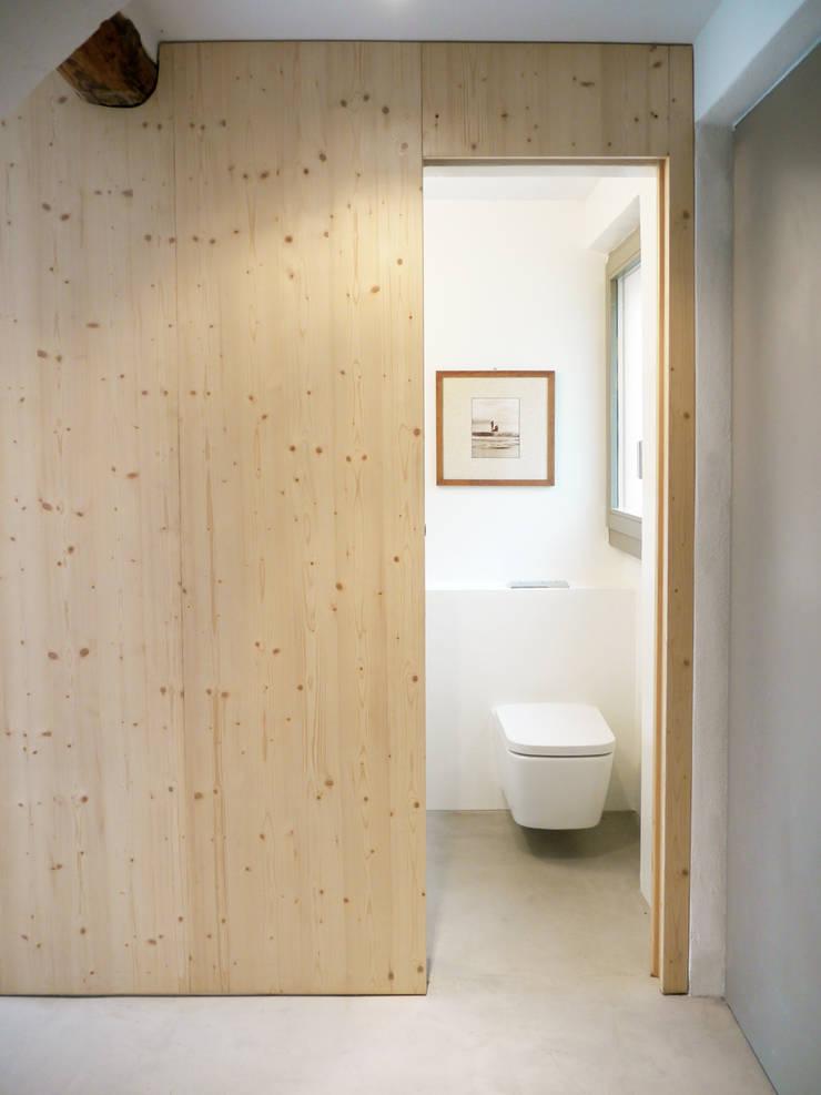badkamer vakantiewoning:  Badkamer door Studio Groen+Schild