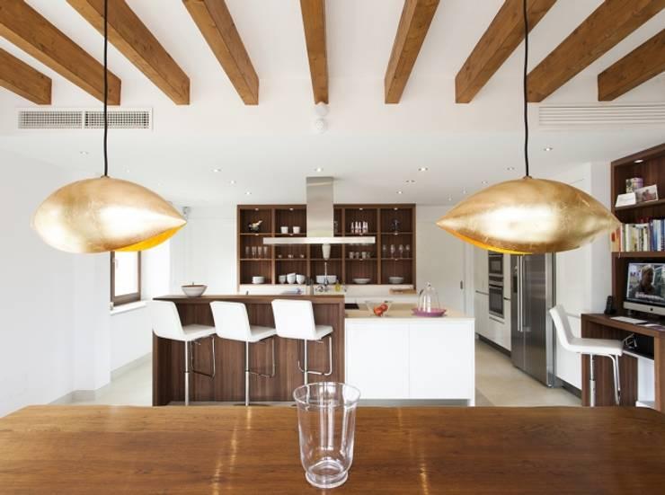 Reforma vivienda unifamiliar  Alaro: Salones de estilo  de Bornelo Interior Design