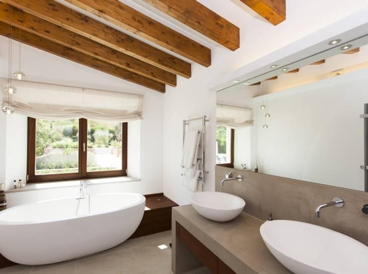 Reforma vivienda unifamiliar  Alaro: Baños de estilo  de Bornelo Interior Design