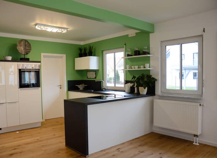 Projekty,  Kuchnia zaprojektowane przez Licht-Design Skapetze GmbH & Co. KG