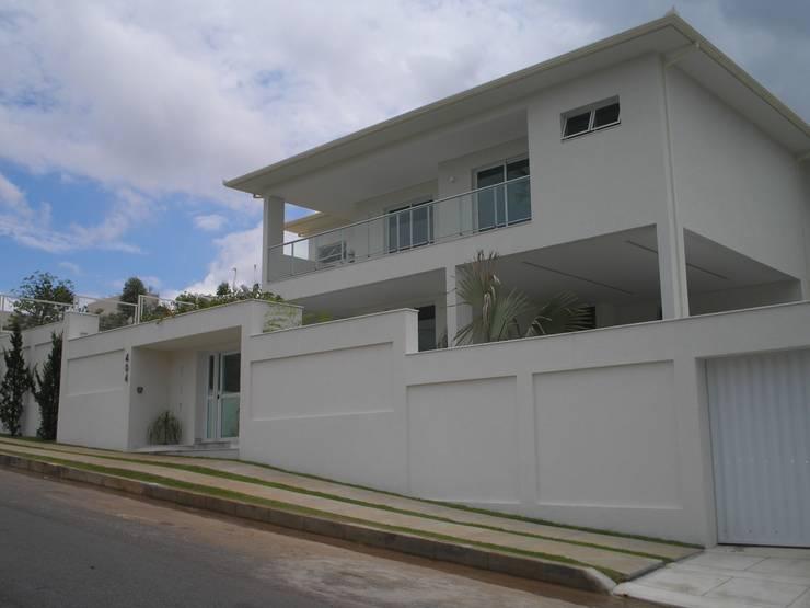 Residência Village Terrasse-Fernandes: Casas modernas por Monica Guerra Arquitetura e Interiores
