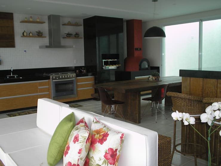 Detalhe para móveis em madeira de demolição : Cozinhas  por Monica Guerra Arquitetura e Interiores