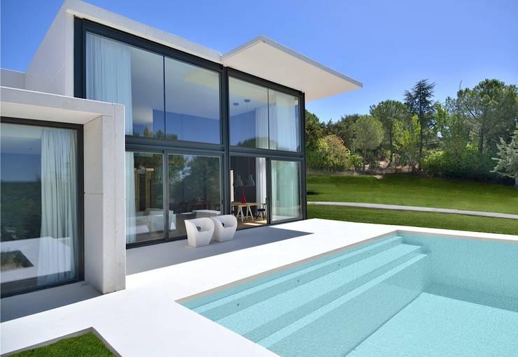 Fachada hormigón blanco: Casas de estilo moderno de MODULAR HOME