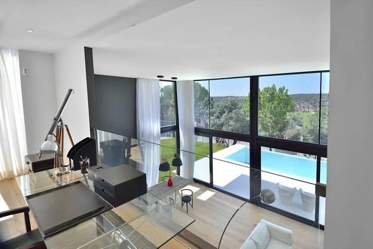 vista hacia doble altura: Salones de estilo moderno de MODULAR HOME